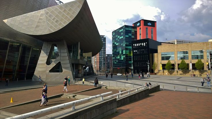 At the left The Lowry Theatre, designed by the architects James Stirling (1926-1992) and Michael Wilford (1938). The red/green building is The Digital World Centre (DWC), designed by RTKL Architects.