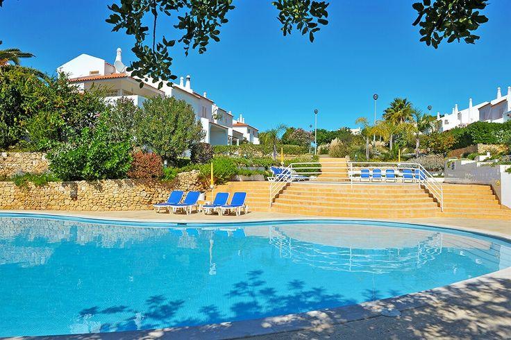 Description: Grote appartementen met 2 &3 slaapkamers zwembad en privé tuin. Rust en ruimte in de Algarve! Wat een ruimte! ?Dit bevalt me zo aan Portugal? denk ik bij mezelf als ik Appartementen Quinta do Sol binnen stap. Waar op veel plaatsen zoveel mogelijk appartementen op de beschikbare ruimte worden gebouwd wordt hier vaak gedacht: zo vind ik het goed. Het gevolg is dat er op de enorme ruimte die er is maar 39 appartementen staan. Een enorme gemeenschappelijke tuin en een eigen tuin…