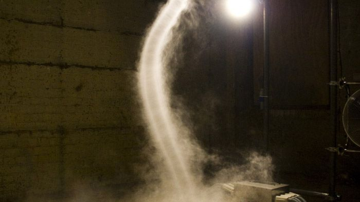 Alistair McClymont tvoří vzdušné víry jako umělecké instalace