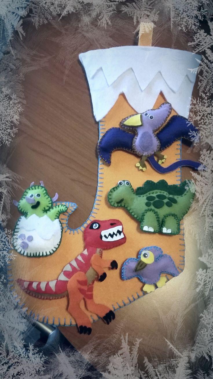 calza della befana in feltro e pannolenci, i dinosauri si staccano e attaccano grazie al velcro, da personalizzare con nomi e bottoni