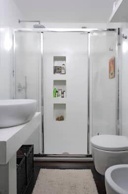 """Appartamento """"bianco e nero a colori"""": Bagno in stile in stile Moderno di Architetto Barbara De Pascalis e Lorenzo Zanetti - ATELIER ARCHITETTURA -"""