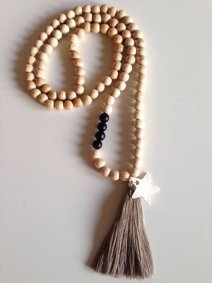 Sautoir en perles de bois naturel, pompon et pampille etoile : Collier par peaud-anne