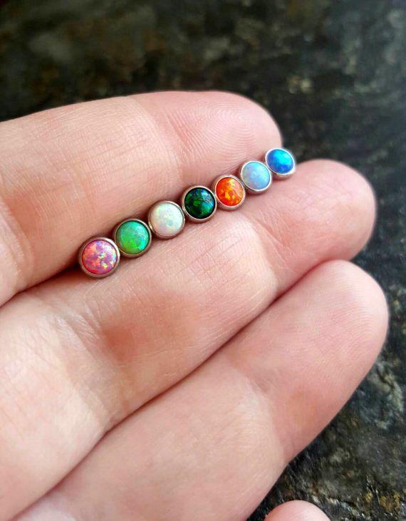 14 gauge (1.6 mm) internamente ha infilato il 316 L chirurgica in acciaio Barbell Il tappo di pietra opale è 5mm  1 (uno) il bilanciere pietra opale per ordine  Scegliere la lunghezza del bilanciere: -3/8(10mm) -5/16(8mm)  Un bilanciere mozzafiato di labbro o cartilagine opale viene nella vostra scelta di colore pietra opale. Il cap opal avvita il bilanciere internamente filettato (cavo). Il fondo la maggior parte del bilanciere è piatta.  A causa delle differenze di contrasto e colore nel…