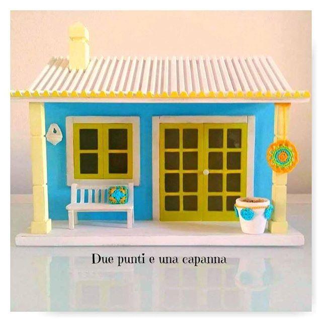 Porte e finestre aperte e letti fatti. Bentornati a casa  Buongiorno! Eccoci con una nuova casetta. Stavolta mio marito ha voluto verniciarla con i colori del mio ultimo mandala. Mi è sembrata talmente bellina che non ho potuto fare a meno di aggiungerle qualche dettaglio all'uncinetto : Spero vi piaccia!   Dimensioni: - Lunghezza: 32 cm; - Altezza: 25 cm; - Profondità: 15 cm.  Un abbraccio Paula e José @duepuntieunacapanna  #duepuntieunacapanna #handmade #fattoamano #legno #woodhouses...