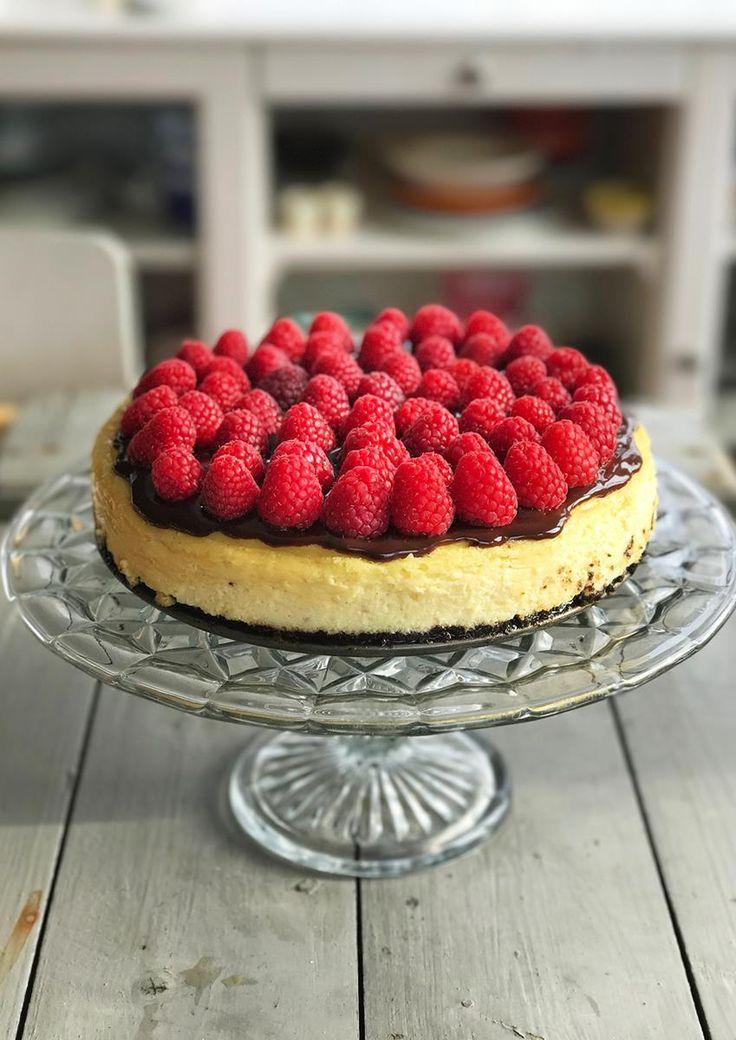 Bakt ostekake blir fort en favoritt på kakebordet! Denne er med  Oreo-kjeks, sjokoladesaus og bringebær. Oppskrift på bakt ostekake.