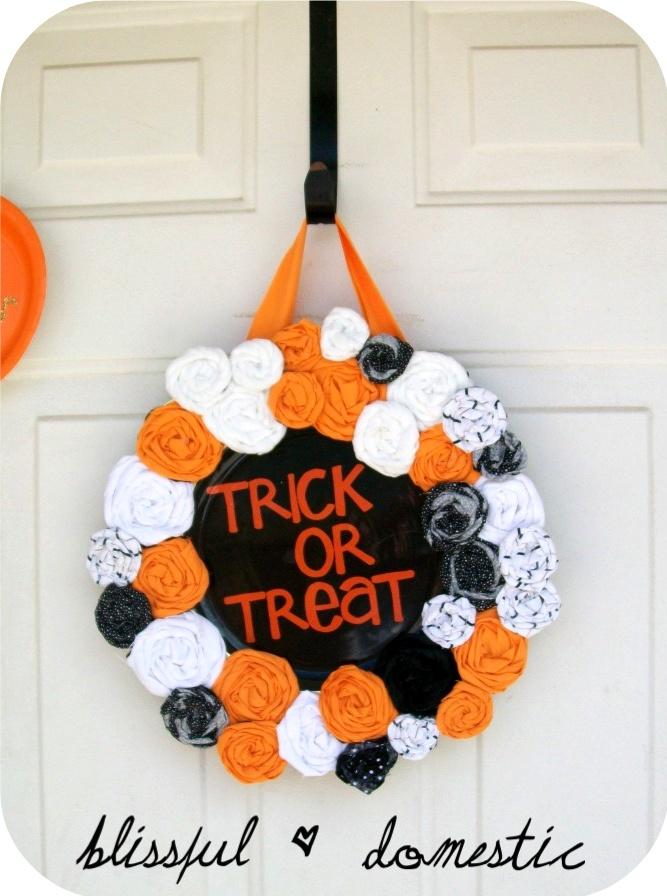 wreath from a plate!Halloween Decor, Diy Halloween, Halloween Crafts, Fall Halloween, Wreaths Ideas, Halloween Wreaths, Holiday Decor, Rosette Halloween, Halloween Ideas
