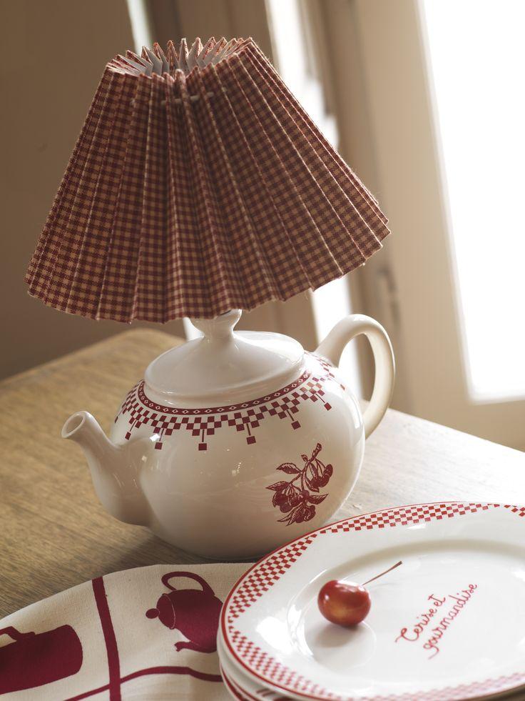 Pied de lampe théière Damier rouge et abat-jout plissé La Campagne.