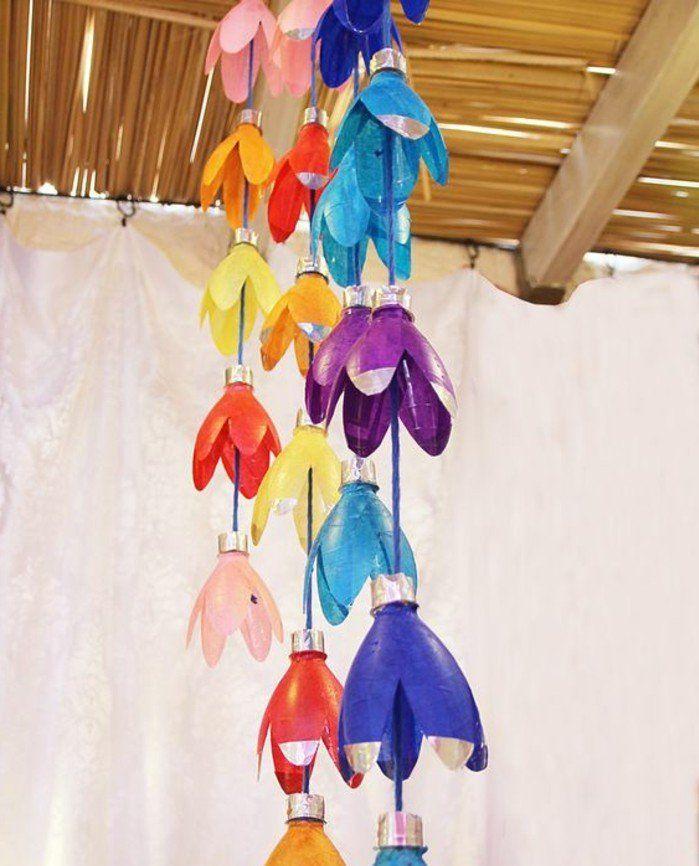 idée de guirlande suspendu du plafond à fabriquer soi meme, des cols de bouteilles transformés en fleurs multicolores