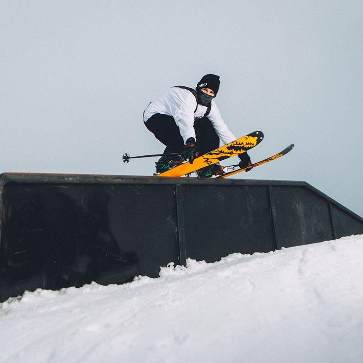 Robert Szul feelin' the flow over the rail line  #levelgloves #skigloves  #wintergloves @robert.szul