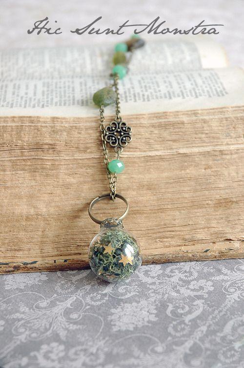 A green forest - collana anello con ampolla in vetro, muschio verde e stelline dorate. : Collane di hic-sunt-monstra