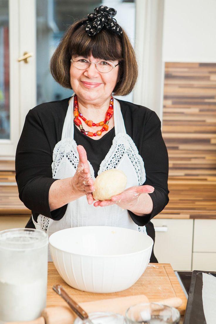 Herečka Uršula Kluková svým vytříbeným humorem i nakažlivým smíchem nikdy nezklame. A totéž platí i o jejím vánočním cukroví – je báječné! Ochutnejte alespoň část, tady jsou její cukrové sušenky.