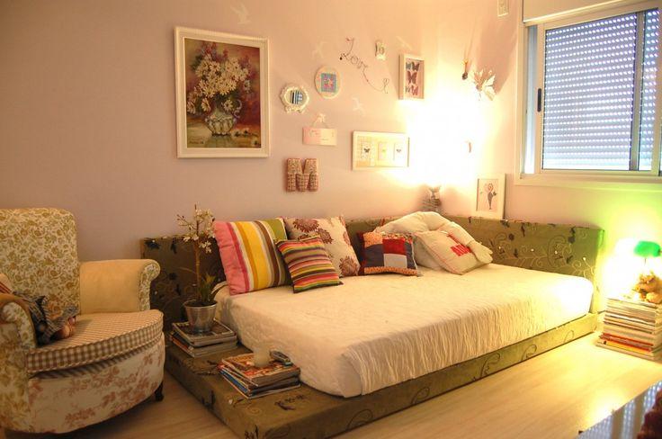meu quarto, com parede de frente retrátil e teto listrado.