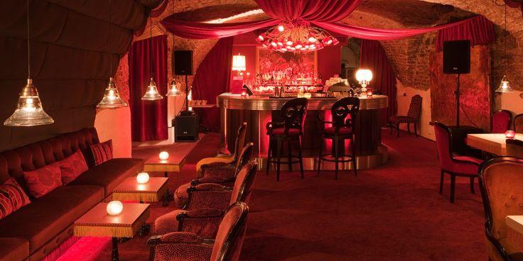 Brasserie Le Rouge Svensk minimalism är långt borta. Att besöka Melker Anderssons och Danyel Couets krog Le Rouge är som att kliva rakt in i en fransk sekelskiftesrestaurang. Röd och rosa sammet från golv till tak, ombonat och gemytligt. Här serveras komponerade menyer av klassiskt franskt och italienskt snitt. Tradition är viktigare än trend. Missa inte tillhörande Le Bar Rouge som snabbt etablerat sig som ett av Stockholm populäraste barhäng!