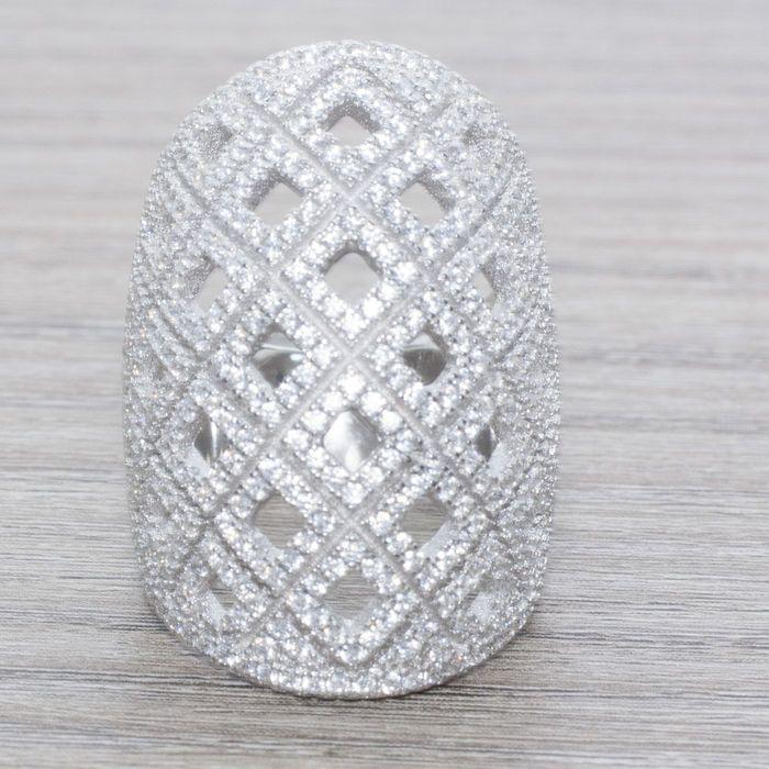 Zeer grote ring in gerhodineerd zilver met ontwerp van diamanten vormen bezet met witte topaas  Ring in rhodium-plated zilver (kwaliteit vergelijkbaar met witgoud). Inhoud:RINGGewicht: 14.20 g.De centrale. Grootte: 8 (USA) / 17 (EU).Afmetingen: 31 x 22 mm.Bevat meer dan 300 witte topazes.Edelstenen worden meestal behandeld om hun kleur of helderheid te verbeteren. We hebben niet gecontroleerd of dit object een dergelijke behandeling heeft ondergaan.Schepen verpakt voor Kerstmis.Verzending…