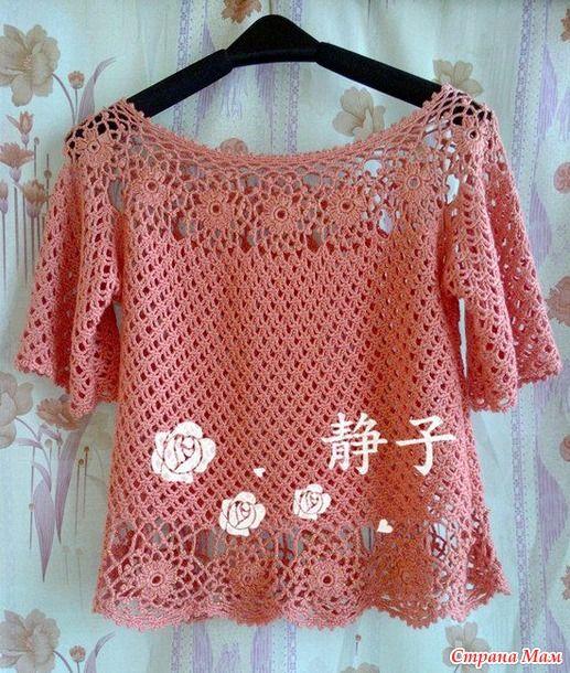 Очень нарядная и нежная блуза связана красивым и не сложным узором. Круглая кокетка вяжется из цветочных мотивов. Так же подол обвязан этими мотивами.