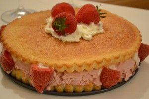 Torta gelato alla fragola. http://blog.giallozafferano.it/ilcassettodeisognisegret/torta-gelato-alla-fragola/