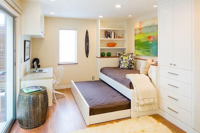 Выдвижная кровать в домашнем офисе от Tamalpais Construction Company