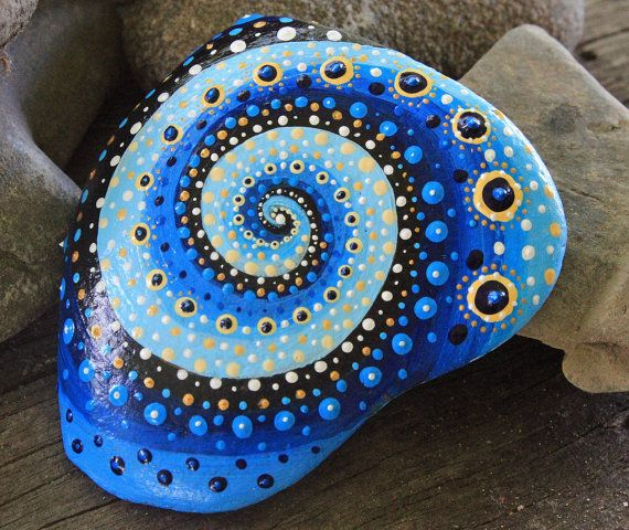 Dies ist meine neue Kollektion Mandala-Style Stein.  Mein Mandala-Steine sind kleine Universen, in denen Sie eingeladen sind, sich selbst zu