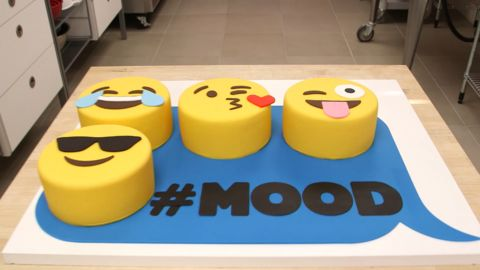 Chocolate Emoji Cakes with Adorable Fondant Faces – HOW TO CAKE IT