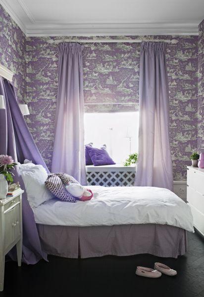 Ett flickrum med lavendelfärgad toile de Jouy tapet. Fotograf: Anne Nyblaeus