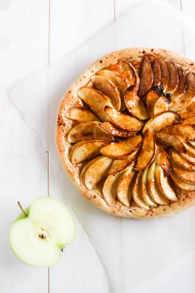 ¿A quién una manzana le recuerda a un corazón? O es que acaso una tarta de manzana no es un postre perfecto para celebrar San Valentín de manera saludable. Porque además de ser muy deliciosas las manzanas son una excelente fuente de fibra #Receta #Light #Manzana #Vegano