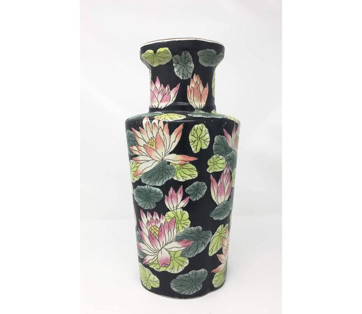Porzellanvase, schwarze Vase, Blumen Vase, Seerose, Seerosen, chinesische Vase, von Hand bemalt, chinesisches Porzellan, von Hand bemalte Porzellan von PineapplePreserve auf Etsy https://www.etsy.com/de/listing/505748310/porzellanvase-schwarze-vase-blumen-vase