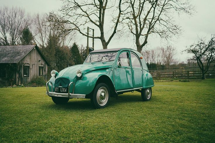 It doesn't matter about if your car is old or new, the most important is to feel comfy and enjoy your rides #2CV is timeless. Thank's @nicholasgoodden for this picture