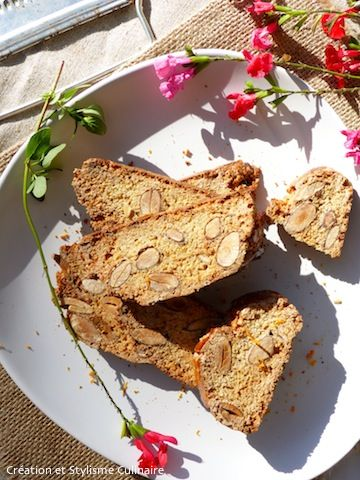 Voilà des biscuits sans gluten confectionnés sans beurre, avec des amandes entières et parfumés aux zestes d'orange. Un régal au café ou au petit déjeuner!