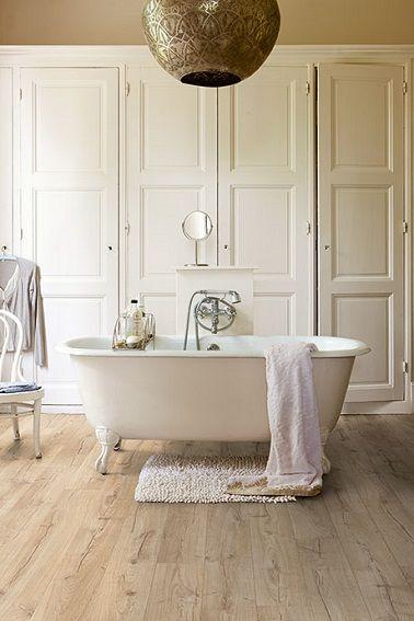 Un sol stratifié imitation bois pour une salle de bain, la classe !