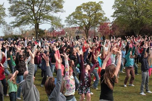 How to Organize a Flash Mob: 17 steps (with pictures) - wikiHow Tanssikohtauksia erikoisissa paikoissa.
