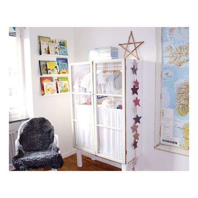 """Gamla fönster kan vara användbart till mycket, dessa fönster hittade jag på loppis för två somrar sedan. Är så nöjd med Tildas klädskåp som jag """"skissat upp"""". Pontus har sedan snickrat det med hjälp av svärfar och svärmor har sytt tyget som sitter innanför fönstren. #interior #inredning #diy #barnrum #älskafönster @luxaflex_se"""