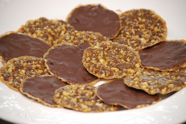 Ah, finally!  A recipe for those delicious cookies a bakery in my town used to have.  Toffee with nuts, dipped in chocolate...mmm.