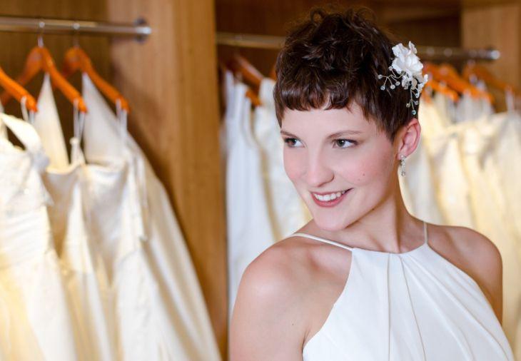 Kurze Haare werden durch passende Accesspires zur Brautfrisur.