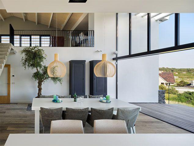 Dubbelhoge ruimte in nieuwbouwwoning te Bergen aan Zee. Ontwerp BNLA architecten, fotografie Studio de Nooyer