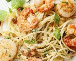 Spaghettis aux Saint-Jacques, crevettes, ail et basilic : http://www.fourchette-et-bikini.fr/recettes/recettes-minceur/spaghettis-aux-saint-jacques-crevettes-ail-et-basilic.html