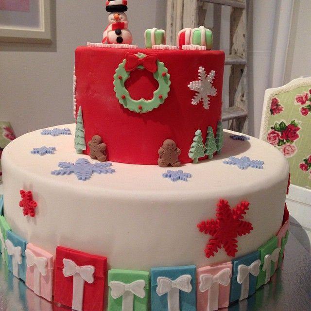 Tänk att få den här i julklapp! #cake #tårta #tiercake #våningstårta #sugarpaste #sockerpasta #presents #handmade #julklapp #snögubbe #snowman #snowflake #christmastree #pepparkaksgubbe #party #fesr #familj #göteborg #linné #gbgftw #wiltoncakes #baklycka #helasverigebakar