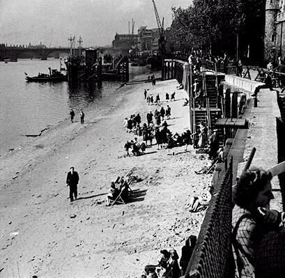 c. 1948: The beach on the Thames