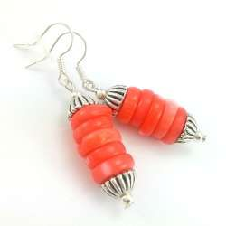 Kolczyki z kamieniami krążków łososiowego korala- wieżyczek.