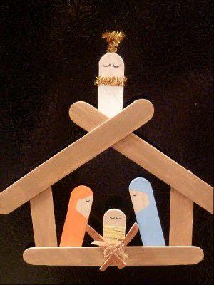 Kerststal van ijslolliestokjes