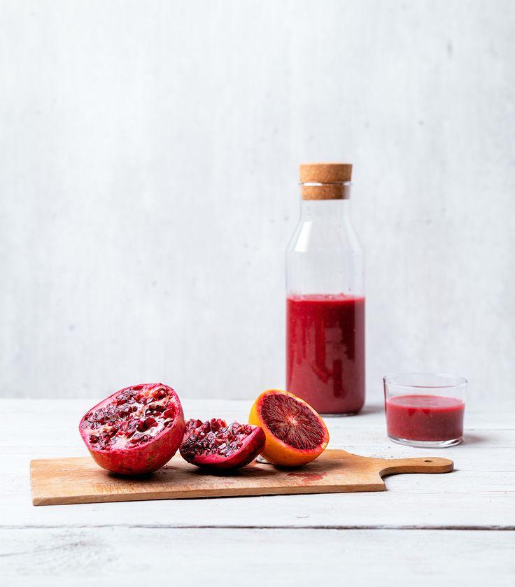 Dit bloedrode trio levert de lekkerste combinatie voor een gezonde smoothie. Laat je niet afschrikken door de rode biet in dit recept. Zijn zoete en aardse smaak krijgt genoeg tegenwicht van het frisse sap van de bloedsinaasappels en pitjes van granaatappel. Voor 850 ml 300 gr voorgekookte rode bieten 4 bloedsinaasappels 1 granaatappel 1 tl …