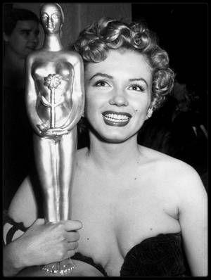 """26 Janvier 1952 / (Part II) Ce jour là se tient la cérémonie des """"Henrietta Awards"""" à Santa Monica, qui prit place au """"Del Mar Club"""". Marilyn reçoit des mains de lex BARKER et de sa femme Arlene DAHL, le prix """"Henrietta"""" de la """"Meilleure jeune personnalité du box office 1951"""". Au cours de cette soirée, Marilyn a été vue au côté de Charlie CHAPLIN Jr. (le fils de), avec qui elle eut une brève aventure. Parmi les autres invités figurent Tony CURTIS, Dean MARTIN, Bob HOPE, Alan LADD, Joan…"""