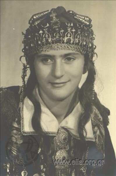 Εορτασμοί της 4ης Αυγούστου: γυναίκα με παραδοσιακή ενδυμασία από την Ηπειρο ,1937. Nelly's (Σεραϊδάρη Έλλη)