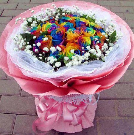 Mazzo Realizzato con Rose Arcobaleno lunghezza gambo 80 cm. Da prenotare una…