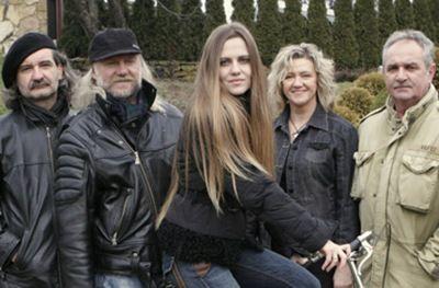 Grupa Pod Budą powstała w 1977 roku. Jej pierwszy skład utworzyli: Andrzej Sikorowski (voc, g, mand; lider),Anna Treter (voc), Chariklia Motsiou (voc), Jan Hnatowicz (g), Andrzej Żurek (bg) i Krzysztof Gawlik (viol).
