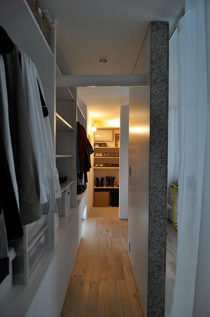 寝室を囲むように、クローゼットと吹き抜けが回廊式に配置されている。正面が玄関脇の靴の収納スペース。