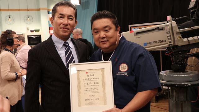 El chef Iwao Komiyama fue reconocido como embajador de la gastronomía japonesa   El prestigioso chef fue designado por el Embajador del Japón en la Argentina Noriteru Fukushima quien le entregó la distinción en un ameno encuentro en el programa Cocineros Argentinos por TV Pública.  Buenos Aires 23 de junio de 2017.- El famoso chef argentino de origen japonés presentador de numerosos programas y autor de libros gastronómicos Iwao Komiyama fue nombrado oficialmente por la Embajada del Japón en…