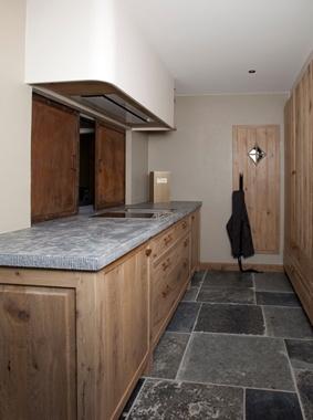 25 beste idee n over grijze tegelvloeren op pinterest boerderij wasruimtes en grote waskamers. Black Bedroom Furniture Sets. Home Design Ideas