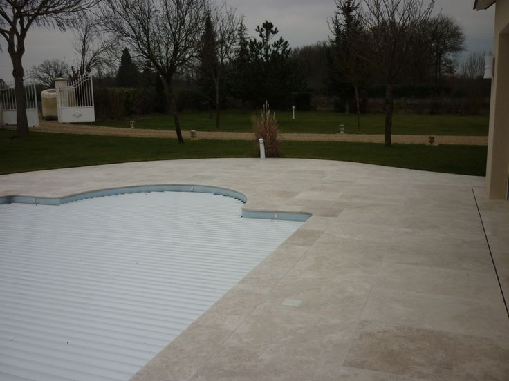 marmol travertino avellana nuevos formatos para bordes de piscina