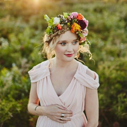 Maternity Shoot//hair and makeup//flowercrown//coral lips//fair skin makeup//bridal makeup inspiration www.maplelane.com.au