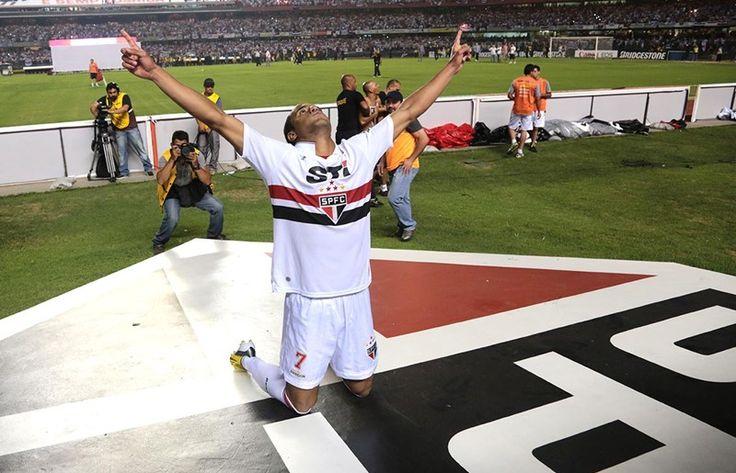 Mesmo longe, Lucas não esquece o Tricolor Há três anos, diante do Atlético-PR, o meia-atacante estreava na equipe profissional do São Paulo http://saopaulofc.net/noticias/noticias/futebol/2013/8/8/mesmo-longe,-lucas-nao-esquece-o-tricolor/